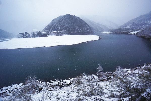 雪の沈下橋